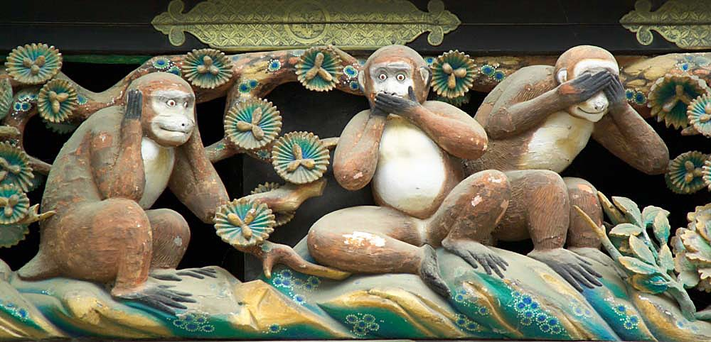 Three monkey statues covering mouth, ears, and eyes